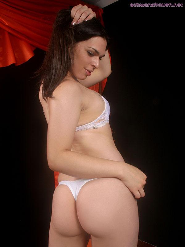 Pimmelfrau nackt vor der Kamera
